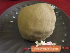 Pasta frolla bianca con mandorle e albumiIngredienti: 150 gr di burro freddo 1 cucchiaio di zucchero  15 gr. di albume  150 gr. di farina 50 gr. di mandorle pelate