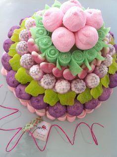 Tarta de chuches en morado y verde Candy Pop, Candy Party, Fondant Cakes, Cupcake Cakes, Bar A Bonbon, Pastel Cakes, Sweet Trees, Candy Cakes, Chocolate Bouquet