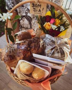 Antipasto, Bread Gifts, Breakfast Basket, Birthday Breakfast, Diy Presents, Picnic Foods, Diy Christmas Gifts, Food Truck, Gift Baskets