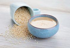 Tahina  HOZZÁVALÓK 10 dkg hántolt szezámmag (lehet pörkölt is) 1 gerezd zúzott fokhagyma 1 csapott kávéskanál só 2-3 evőkanál olívaolaj kb. 0,5 dl víz frissen facsart citromlé ízlés szerint  ELKÉSZÍTÉS  Elkészítés: Kávédarálón megőröljük a szezámmagot, majd tálba öntve hozzáadjuk a zúzott fokhagymát, az olívaolajat, a sót, a vizet, és botmixer segítségével krémes állagúra turmixoljuk. Citromlével ízesítjük. Sauce Tahini, Tahini Recipe, 2 Ingredient Desserts, Tahini Salad Dressing, Homemade Tahini, Sesame Sauce, Peanut Butter Brownies, Smoothie Bowl, Peanut Butter