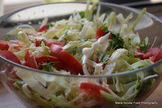 Mancam pe fuga, cei mai multi dintre noi. Mancam in fata calculatoarelor sau in picioare, langa blatul din bucatarie. Mancam uneori si direct din frigider, pe ce punem mana mai rapid. Insa incercam… Plat Vegan, Romanian Food, Romanian Recipes, Salad Recipes, Cabbage, Salads, Good Food, Cooking Recipes, Vegetables