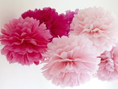 For a fresh breath of spring, hang tissue paper pom-poms over the table. Use different sizes and shades of paper to create variation between flowers. Yellow if it's a surprise! Diy Flowers, Paper Flowers, Paper Pom Poms, Tissue Paper, Diy General, Origami And Quilling, Deco Floral, Floral Baby Shower, Paper Lanterns