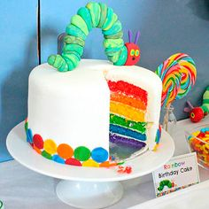 A Very Hungry Caterpillar Birthday Party - Rainbow Cake Raupe Nimmersatt Torte Hungry Caterpillar Cake, Caterpillar Recipe, Oreo Dessert, Dessert Table, Rainbow Birthday, Cake Rainbow, Flower Birthday, Mini Desserts, Hungry Caterpillar