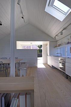 平屋を5軒星形に配置したデンマークの夏の家のダイニング・キッチン