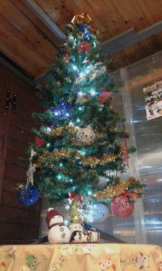 Albero di Natale con addobbi in spago