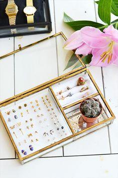 Sieraden opbergen Jewellery Storage, Jewellery Display, Diy Arts And Crafts, Trendy Bedroom, Bedroom Storage, Jewelry Organization, Diy Room Decor, Jewelry Crafts, Home Accessories