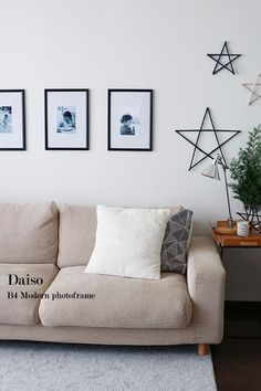 ★穴をあけずに壁にフレームを飾る方法♪ | インテリアと暮らしのヒント Diy Home Crafts, Diy Home Decor, Relaxation Room, Relax Room, Sweet Home, Gallery Wall, Couch, Throw Pillows, Living Room