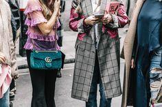 La misma magia que mezcla el terciopelo verde de un bolso con transparencias y volantes, que rompe la sobriedad de un abrigo con bordados y, de paso, regala un nuevo manual de uso del color rosa.