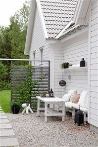 New England in Sweden When Anna, an architect, built her own house, she gave it in addition to its 37 windows and 8 skylights, a New England style suited to the Swedish landscape. Outside Living, Outdoor Living, Outdoor Life, New England Style Homes, Scandinavian Garden, Scandinavian Style, Outdoor Spaces, Outdoor Decor, Terrace Garden