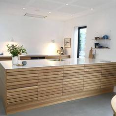 Til denne uges er vi faldet over dette smukke MASSIV køkken hj. Kitchen Interior, Interior Design Living Room, Kitchen Decor, Nordic Kitchen, New Kitchen, Küchen Design, House Design, Design Concepts, Cuisines Design