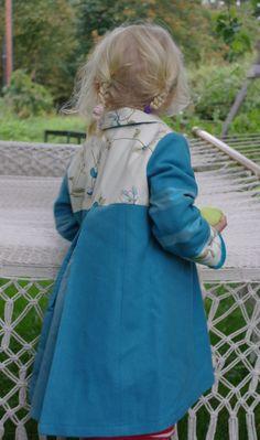Grace of Sweden, handsydd barnkappa i ull med sidendetaljer.