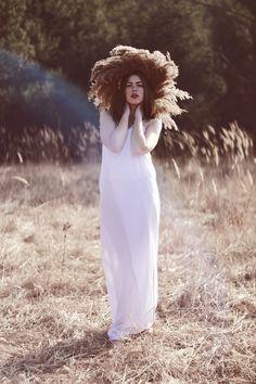 """lamus-dworski:  Południca - jedna z niewielu postaci z panteonu demonów słowiańskich, które uważane były za piękne.   """"Niestety za urodą nie szła piękna natura - były zjawami męczącymiżniwiarzy. Przybierały postać wysokich, smukłych kobieto niesamowitym wyglądzie, w zwiewnych białych sukniach z rozpuszczonymi włosami. Latem przechadzały się, a często biegały między polami, najczęściej w czasie największych upałów. Potrafiły zawrócić w głowie pracującym rolnikom. Zawrócić dosłownie, jak też…"""