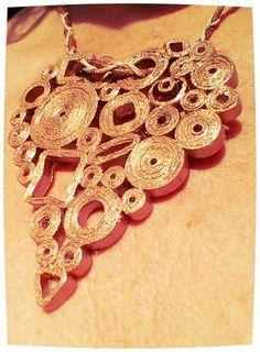Ciondolo di carta dorato (riciclo creativo);pendant of golden paper (creative recycling)