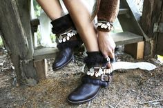 Kandiya Layer by Layer Boots. Botas étnicas. Boho boots handmade conchas coins style. Bohemian boho style
