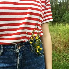Flowers in the pocket. #flowers #summer #highwastedjeans #momjeans #fashion #hipster #ootd