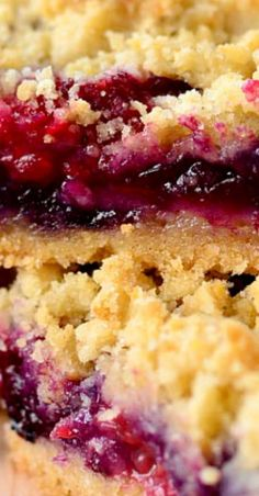 Description Triple Berry Crumb Bars is a sweet and easy gluten-free dessert recipe that's packed with fresh, juicy berries. Made with fridge and pantry staples, this recipe comes together in minutes. Brownie Desserts, Oreo Dessert, Mini Desserts, Coconut Dessert, Dessert Bars, Desserts With Berries, Pudding Desserts, Sweet Desserts, Fruit Recipes