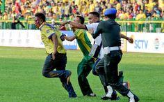 Lihat, Suporter Sudah Berdarah-darah Dikejar Anggota TNI
