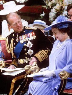 According to the couturier who made the outfit the Queen wore to Prince Andrew's wedding i...