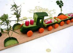 Nog zo'n leuke traktatie voor een jongen; Tjoeke Tjoeke tuf! Daar komt de trein van komkommer, wortel en radijsjes.