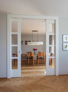 Dining room in a modern country style classic dining room by baur Wohnfaszination gmbh classic wood wood effect Country Modern Home, Country Style Homes, Classic Dining Room, Interior Architecture, Interior Design, Room Decor Bedroom, Home Living Room, New Homes, House Design