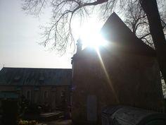 Cintorín v Prievidzi, kostol Panny Márie s baštou v popredí.