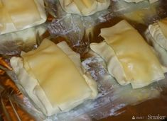 Kurczak w kopertach z ciasta francuskiego - przepis ze Smaker.pl Polish Recipes, Food And Drink, Appetizers, Menu, Healthy Recipes, Cheese, Chicken, Cooking, Pierogi