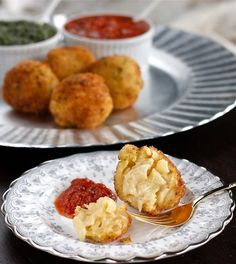 Crispy Macaroni and Cheese Balls. Perfect party food crispy macaroni and cheese ball appetizers with Christmas-colored sauces- pesto and marinara. Holiday Appetizers, Appetizer Recipes, Appetizer Ideas, Savoury Recipes, Macaroni Cheese, Mac Cheese, Fried Macaroni, Silvester Party, Tasty