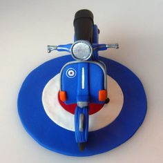 scooter on target Vespa Cake, 50th Birthday, Birthday Cakes, How To Make Cake, Cake Toppers, Skinhead, Rockers, Scooters, Cake Ideas