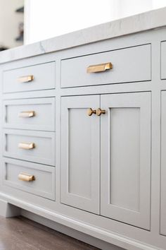 Grey kitchen cabinets with gold drawer pulls // kitchen decor ideas kitchen design cabinet hardware kitchen hardware neutral kitchen feminine kitchen Kitchen Cabinet Hardware, Grey Kitchen Cabinets, Kitchen Redo, Kitchen And Bath, New Kitchen, Kitchen Makeovers, Kitchen Upgrades, Inset Cabinets, Kitchen Remodeling