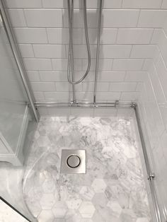 Ett klassiskt badrum i sekelskifte med carrara och vitt 10x20cm kakel hos en av våra läsare i Helsingborg. Få hans tips & råd inför badrumsrenovering!