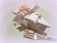 Úžasná papierová krabička v tvare tortičky ozdobena scrapbookovou metódou. fantastický darček pre svadobčanov, krstiny ... Ideálny darček ako originálne zabaliť snubný prstienok, kopec cukríčkov alebo iné nezabudnuteľné..