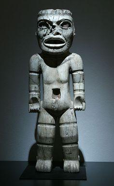 Teotihuacan, Xalla Período clásico, 200 - 650 d.C. Mármol 128 x 42 x 16 cm Museo Nacional de Antropología, México, D.F.  Posiblemente se trate de un prisionero sacrificado a flechazos, ya que en su muslo izquierdo y en su pie derecho hay flechas en bajorrelieve. Los surcos en brazos y piernas indican que estaba maniatado. Es la mayor figura humana encontrada hasta ahora en Teotihuacan.