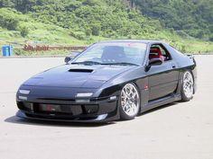 """El Mazda RX-7 (también llamado Savanna RX-7 o Ẽfini RX-7) es un automóvil deportivo producido por el fabricante japonés Mazda entre los años 1978 y 2002. El RX-7 rivalizaba con otros deportivos asequibles, como el Toyota Supra, el Honda NSX, La segunda, conocida como """"FC3S"""" o simplemente """"FC"""", comprende los modelos desde 1986 hasta 1991. La tercera generación, conocida como """"FD3S"""" o """"FD"""" se presentó en 1993 y finalizó su producción en 2002. En total se produjeron 811.634 unidades."""