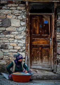 Hububat ayiklayan Anadolu annesi