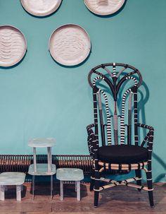 Un fauteuil perlé noir, Asiatides, 1740 euros