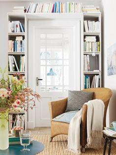 Verschenken Sie keine freien Flächen wie die Wand rund um Türen. Nutzen Sie den Platz für Ihre Büchersammlung.