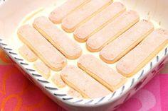 Dessert mit Pfirsichen, Löffelbiskuit und Quark-Joghurtcreme
