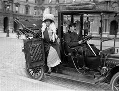 Femme descendant d'un taxi. Paris, 1911. © Albert Harlingue / Roger-Viollet  Débris de Rêves: Photo