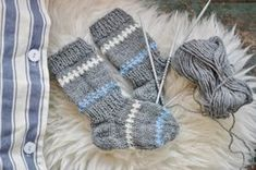 Pippi-arkiv - Lindas Lantliga Knitting For Kids, Baby Knitting Patterns, Knitting Socks, Baby Outfits, Kids Outfits, Baby Barn, Knitted Baby Clothes, Wrist Warmers, Diy Baby