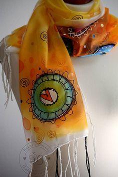 Ručne maľovaný hodvábny šál s ručne rolovanými hodvábnymi strapcami. Ornament na koncoch šálu. Použitá čierna glittrova, zlatá a biela kontúra. Farby sú stále pri praní i používan...