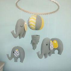 Aiii,olha a carinha deles!!! Mobile de elefantinho saindo... #feltro #felt #chevron #artesanato #arte #design #quartodebebe #bebês #baby #mamães #crianças #forbaby #elefantinho #elephant #sew #sewing #decor #maternidade #nascimento #gestação #gestante #amor #cinza #amarelo
