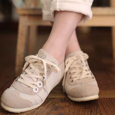 【nutslly item info】 大きめアイレットがお洒落なスニーカーのご紹介です 白いパンツやデニムとのコーディネートに合わせたい一足です。 麻混キャンバス地がナチュラルな雰囲気に。カラーはNATURALとCAMELの2色展開です。  BELLA NATURAL ¥15,120(14,000) material velor × canvas @origami#nutslly#sneakers#shoes