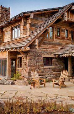 Casa de madeira com pedras na mesma tonalidade do material