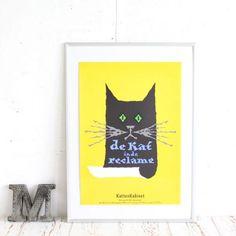 猫ポスターはお部屋のインテリアや北欧家具等と合わせたいおしゃれなアドバタイジング系のビンテージ猫ポスター・インテリアアート。[広告の猫]はビビッドな黄色背景に「猫の広告」というメッセージを掲げるポスターに扮した猫ちゃんのユニークなデザインです