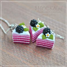 Friendship necklaces that make a cake Polymer Clay Cake, Polymer Clay Figures, Polymer Clay Miniatures, Fimo Clay, Polymer Clay Charms, Polymer Clay Projects, Clay Crafts, Polymer Clay Jewelry, Cute Clay