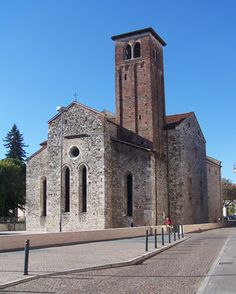 Chiesa di San Francesco a Udine. La chiesa di San Francesco è uno degli edifici religiosi più antichi di Udine, ora sconsacrato ed utilizzato per esposizioni temporanee. Con l'annesso convento, ora occupato dal Tribunale, la chiesa fu la sede principale dei frati minori in città ed in tutto il Friuli.