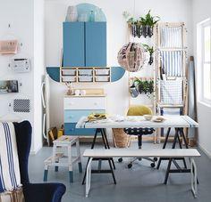 Un intero ambiente arredato con il metodo del riciclo creativo: tavolo, mobili e lampada a sospensione in carta IKEA.
