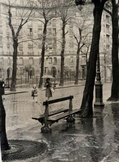 Edouard Boubat Paris 1950 France and it's creativity and special charm,we know it. Robert Doisneau, Old Paris, Vintage Paris, Ville France, I Love Paris, Vintage Pictures, Vintage Photographs, Rainy Days, Black And White Photography