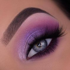 Beautiful purple smokey eye makeup by @anknook using the Mercury Retrograde palette by @hudabeauty 💜✨💙  ⬇️ En Español ⬇️  Hermoso maquillaje violeta ahumado de @anknook usando la paleta Mercury Retrograde de #hudabeauty 💜✨💙      #eotd #motd #mua #makeup #beauty #eyes #eyeshadow #makeupart #makeupartist #makeupdolls #makeuponpoint #makeupoftheday #eyeshadowlook #maquillaje #belleza #sombradeojos #maquillajedeojos #maquillajedeldia #maquillajedehoy Purple Smokey Eye, Purple Eye Makeup, Makeup Eye Looks, Colorful Eye Makeup, Eye Makeup Art, Clown Makeup, Smokey Eye Makeup, Cute Makeup, Makeup Inspo