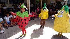Alumnos de segundo grado presentando la estampa de las frutas